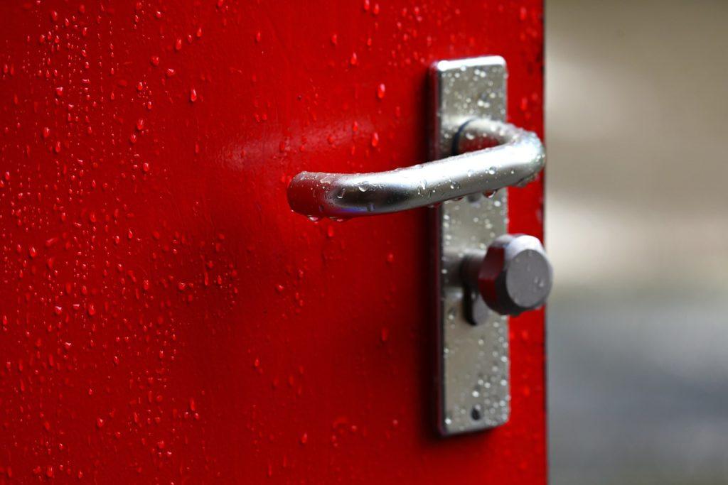 ידית של דלת אדומה