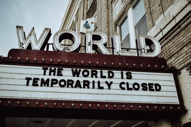 """שילוט עם  כיתוב"""" העולם נעצר באופן זמני"""" תמונה להמחשת הקורונה"""