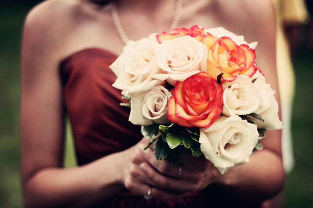 אישה מחזיקה פרחים