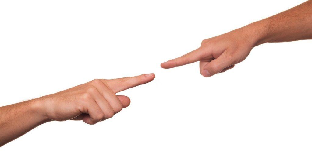 זוג אצבעות מאשימות בסכסוך בין בני זוג