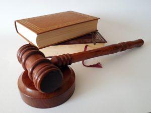 פטיש של שופט וספר